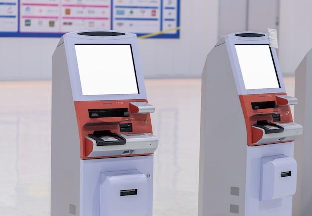Schermo bianco vuoto macchine self-service o automatiche per il check-in in aeroporto