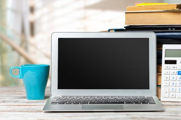 Schermo del computer su una vista frontale del tavolo di lavoro