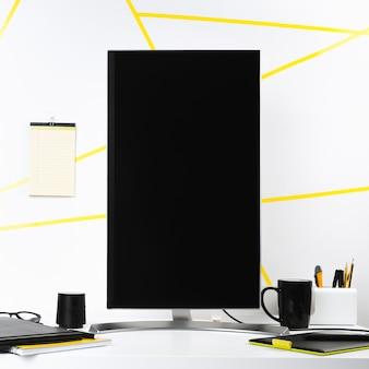Schermo del computer verticale nei dintorni dell'ufficio