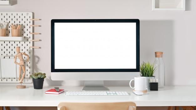 Schermo del desktop computer sullo scrittorio bianco