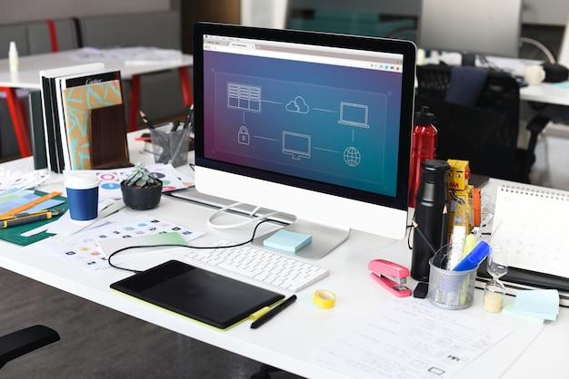 Schermo di computer che mostra collegamento a internet sul funzionamento della tabella dell'ufficio