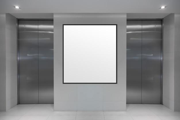 Schermo digitale in bianco sull'insegna di informazioni dell'elevatore