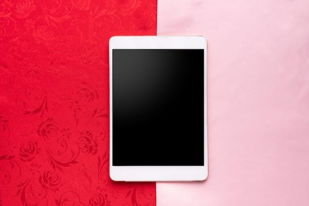 Schermo in bianco su smart phone, telefono cellulare, tablet con due toni tovaglia texture di sfondo.