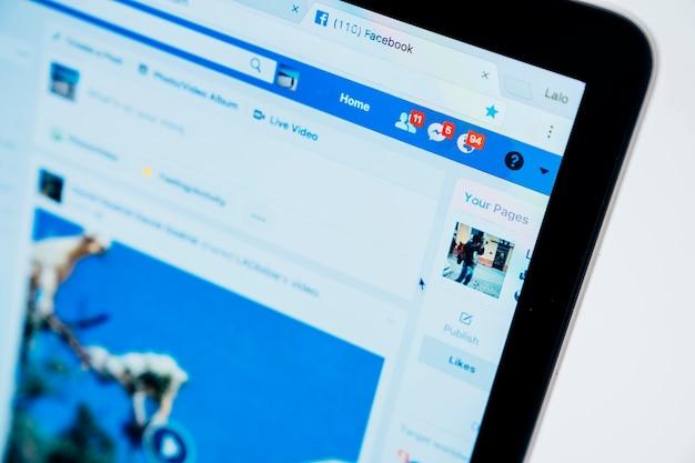 Schermo sfocato del computer portatile con facebook