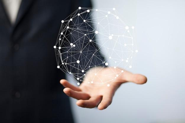 Schermo virtuale della mano dell'uomo d'affari con l'icona cyber