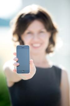 Schermo vuoto del telefono nelle mani