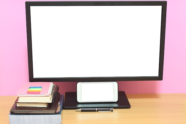 Schermo vuoto portatile e libri sono posti sulla scrivania e hanno spazio per copiare.