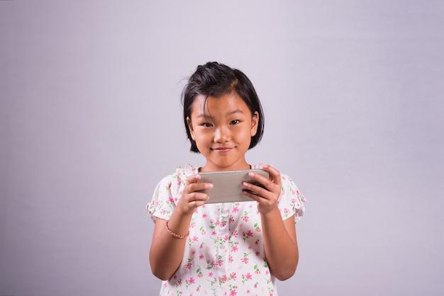 Scherzi con gli smartphone in mani che giocano sullo smartphone
