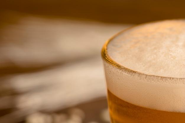 Schiuma del primo piano di birra in vetro