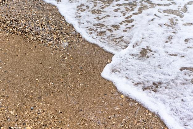Schiuma di onde del mare color sabbia oro