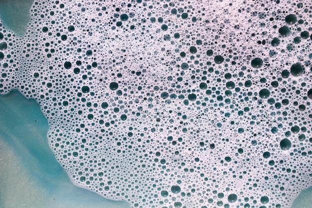 Schiuma e macchie su liquido nero