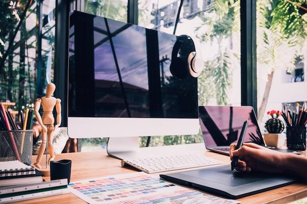 Schizzi grafici di designer con tablet e laptop
