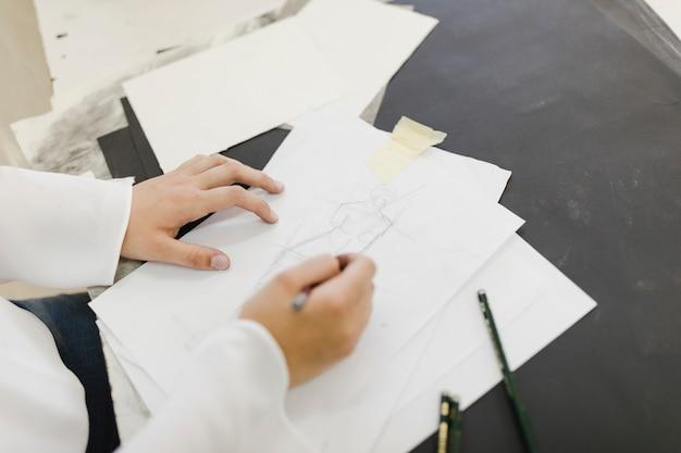 Schizzo del disegno dell'artista femminile su libro bianco