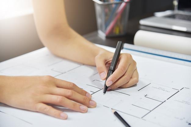 Schizzo di mani di designer.
