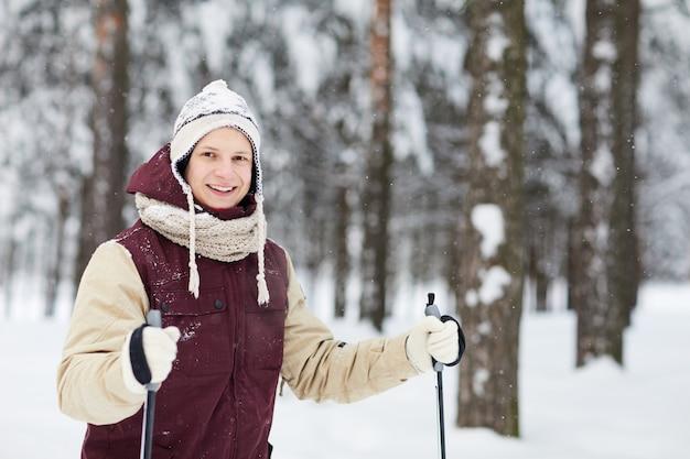 Sci attivo giovane nella neve