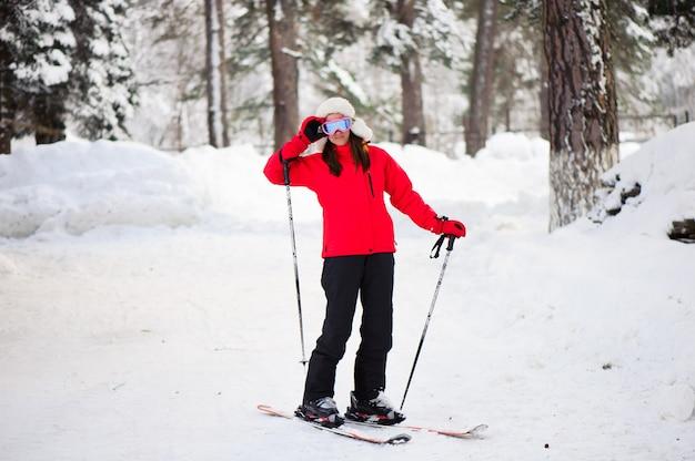 Sci donna nella foresta invernale. allenamento sci sciatore inesperto.