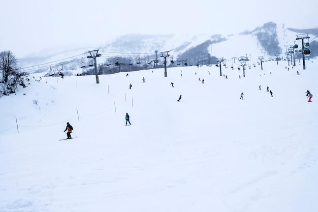 Sciare nella stagione invernale in montagna