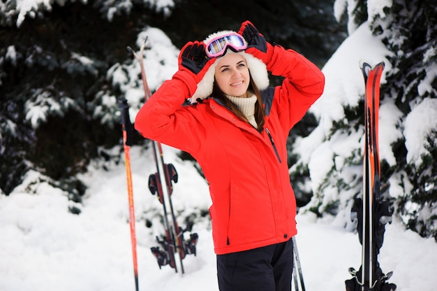 Sciare. scoot di neve nella foresta. sport invernali. ragazza nella foresta di sci invernale.
