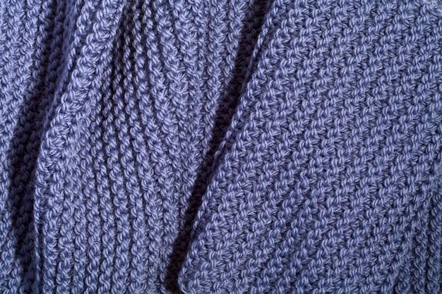 Sciarpa blu lavorata a maglia