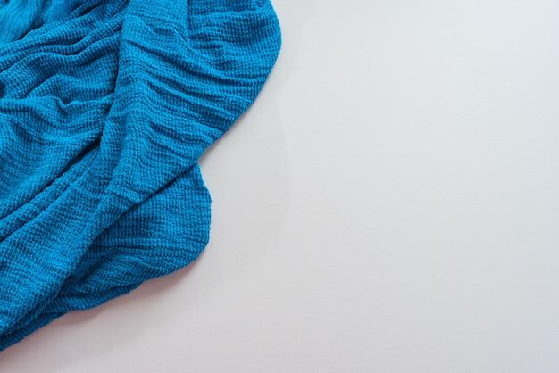 Sciarpa blu su bianco.