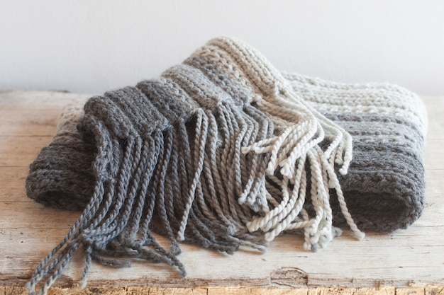 Sciarpa di lana grigia con nappe
