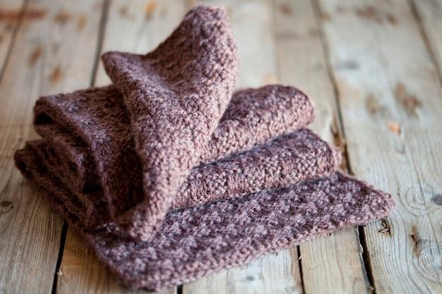 Sciarpa di legno lavorata a maglia marrone
