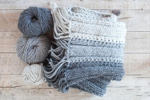 Sciarpa e filato di lana grigia