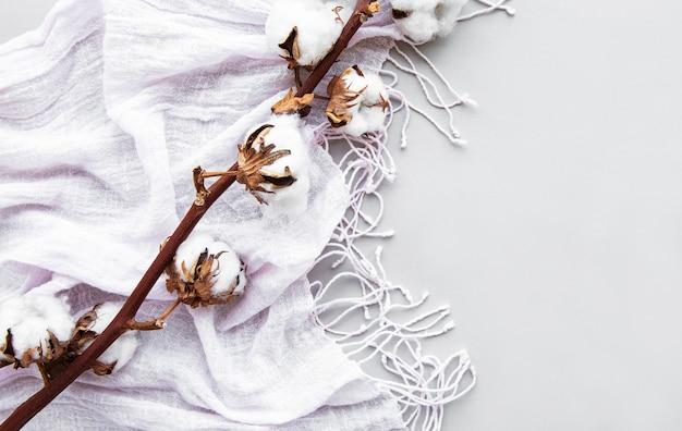 Sciarpa e fiori di cotone