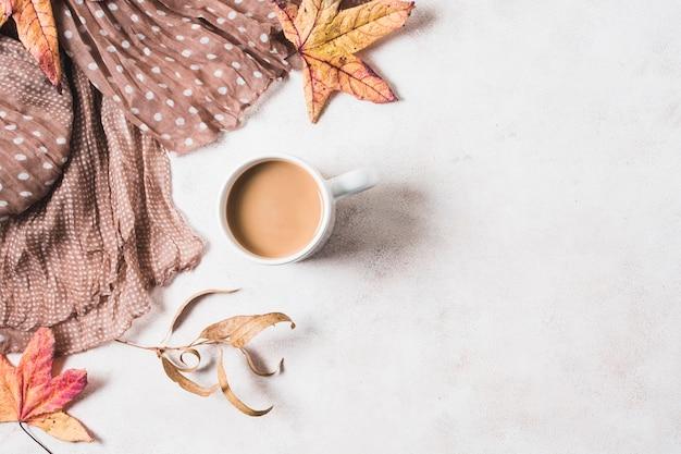 Sciarpa e tazza di caffè con lo spazio della copia