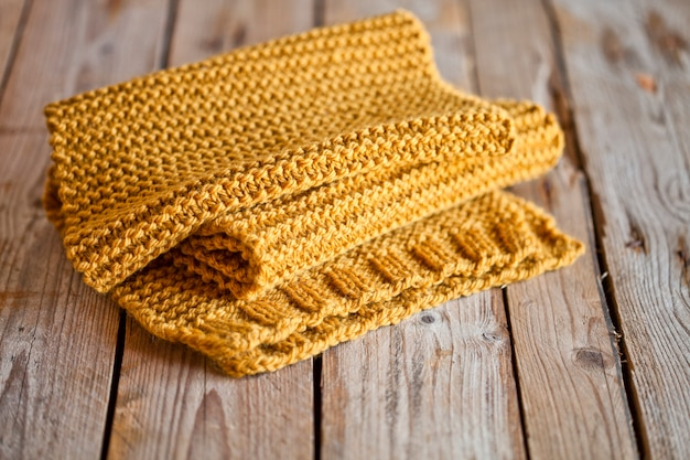 Sciarpa gialla lavorata a maglia