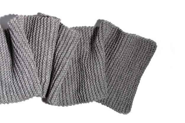 Sciarpa grigia lavorata a maglia isolata su fondo bianco