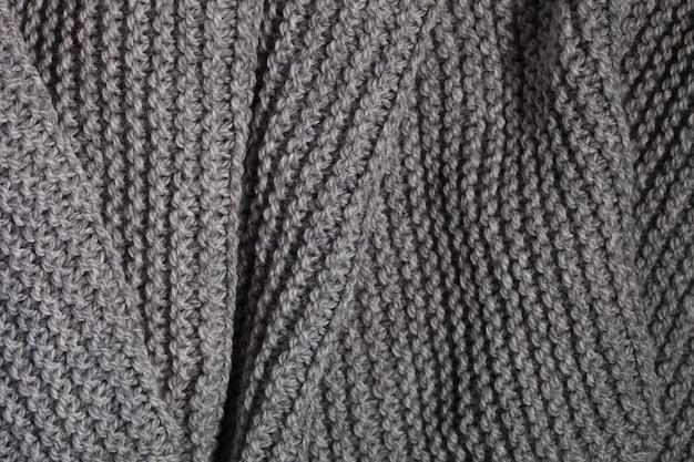 Sciarpa grigia lavorata a maglia