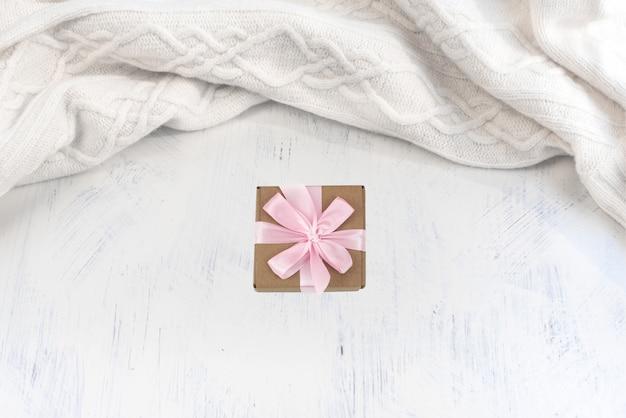 Sciarpa lavorata a maglia in bianco su una priorità bassa dell'annata.