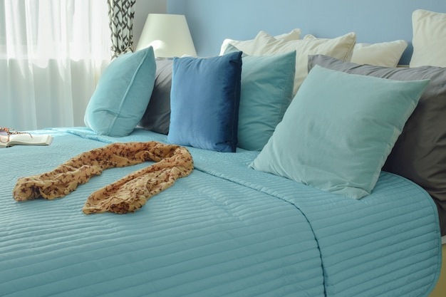 Sciarpa sul letto in biancheria da letto blu