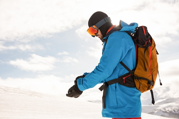 Sciatore che indossa guanti a mano