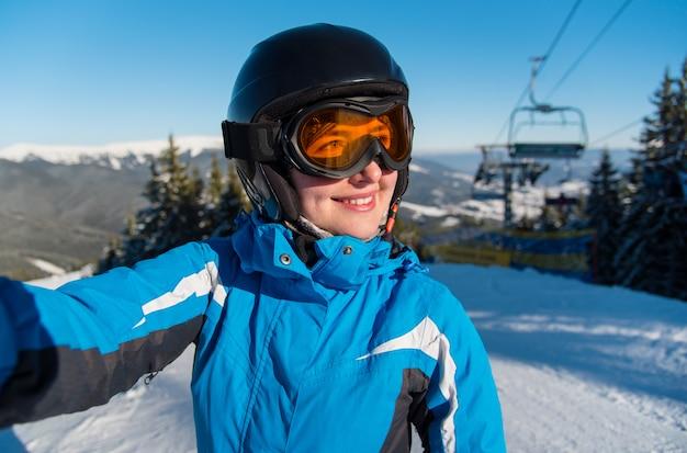 Sciatore che prende un selfie in montagna