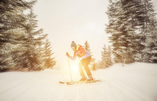 Sciatore che scende dalla montagna