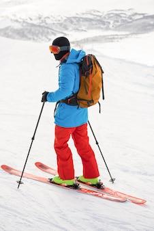 Sciatore che scia sulle montagne innevate
