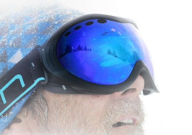 Sciatore con una maschera