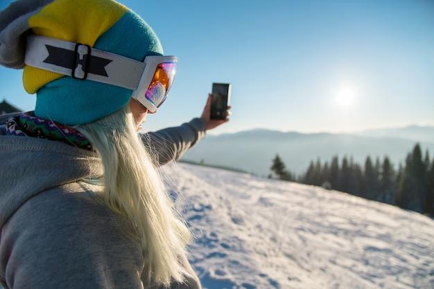 Sciatore donna sul pendio in montagna