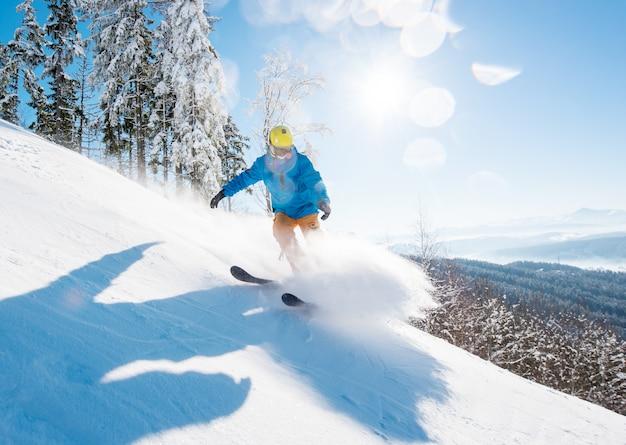 Sciatore sciare in montagna