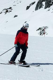 Sciatrice in discesa. attività ricreative per sport invernali