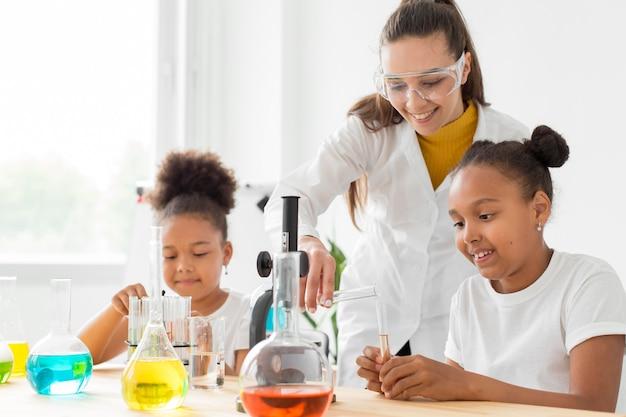 Scienziata che insegna alle ragazze la scienza