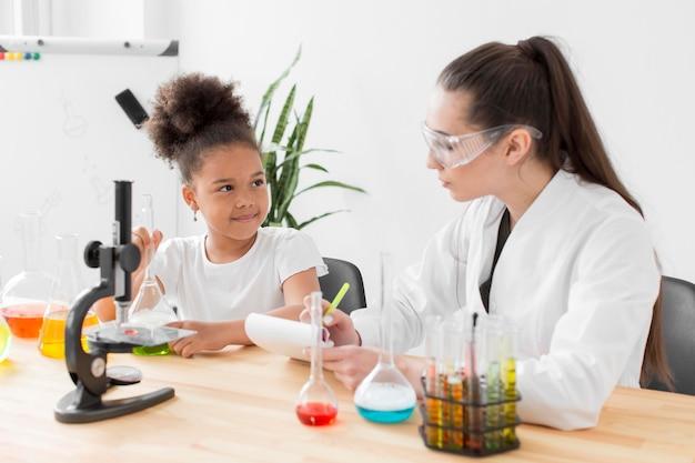 Scienziata che insegna scienza alla ragazza
