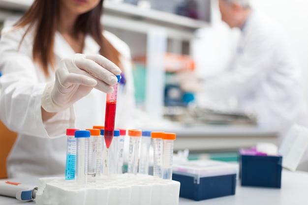 Scienziato al lavoro in un laboratorio