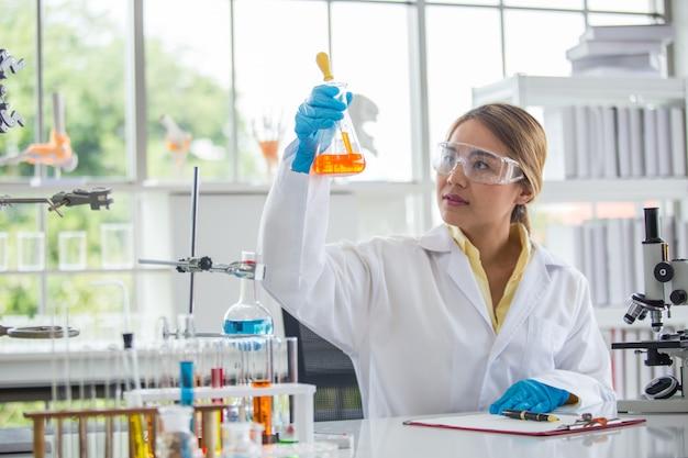 Scienziato asiatico che lavora in scienziato di laboratorio