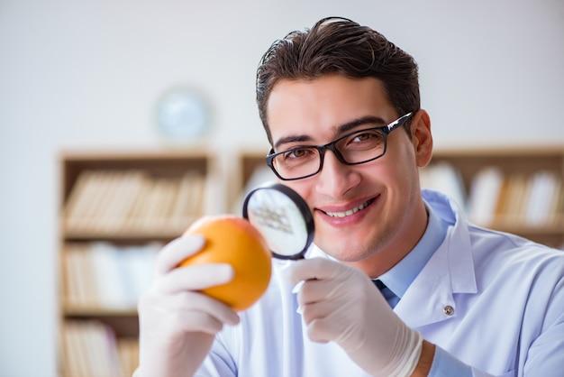 Scienziato che lavora su frutta e verdura biologica