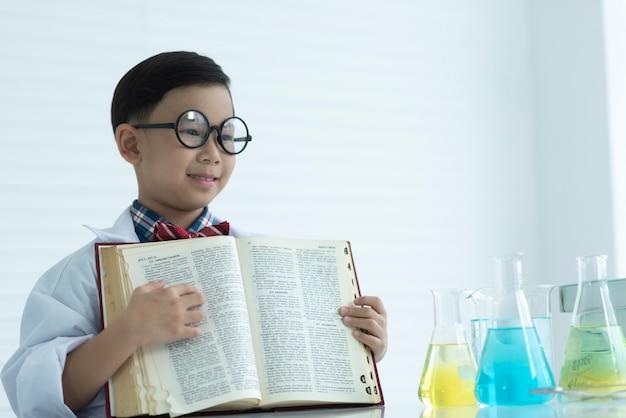 Scienziato dell'infanzia che impara nel laboratorio di chimica
