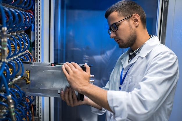 Scienziato it che lavora con il supercomputer