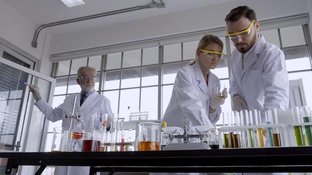 Scienziato lavora con apparecchiature scientifiche in laboratorio. ricerca scientifica